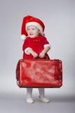 Petite fille mignonne avec la valise de Noël photographie stock