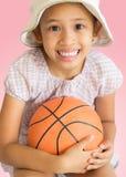 Petite fille mignonne avec le basket-ball Photographie stock libre de droits