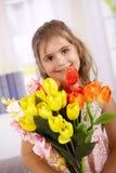 Petite fille mignonne avec le bouquet du sourire de fleurs images stock