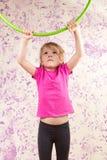 Petite fille mignonne avec le cercle de huls photographie stock libre de droits