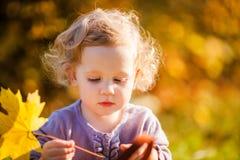 Petite fille mignonne avec le congé Images libres de droits