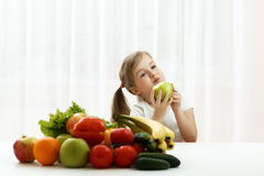 Petite fille mignonne avec le fruit frais Photos libres de droits