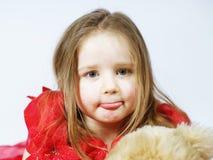 Petite fille mignonne avec son ami de jouet de nounours-ours Photos stock