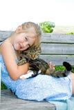 Petite fille mignonne avec son chat. Photo stock
