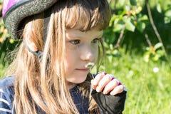 Petite fille mignonne avec un portrait de marguerite, fond vert, naturel Photographie stock