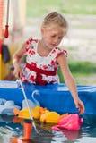 Petite fille mignonne ayant l'amusement. Photo stock