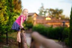 Petite fille mignonne ayant l'amusement en Lonato del Garda, une petite ville et comune dans la province de Brescia, Italie Images stock