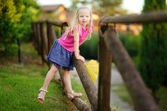 Petite fille mignonne ayant l'amusement en Lonato del Garda, une petite ville et comune dans la province de Brescia, Italie Photographie stock