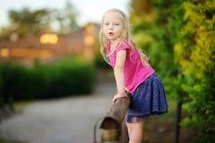 Petite fille mignonne ayant l'amusement en Lonato del Garda, une petite ville et comune dans la province de Brescia, Italie Image stock