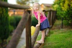 Petite fille mignonne ayant l'amusement en Lonato del Garda, une petite ville et comune dans la province de Brescia, Italie Photographie stock libre de droits