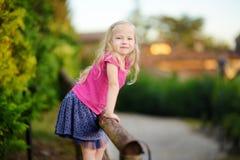Petite fille mignonne ayant l'amusement en Lonato del Garda, une petite ville et comune dans la province de Brescia, Italie Images libres de droits