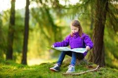 Petite fille mignonne ayant l'amusement pendant la hausse de forêt le beau jour d'automne dans les Alpes italiens Photos libres de droits