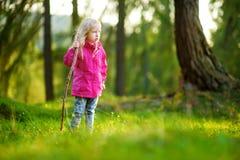 Petite fille mignonne ayant l'amusement pendant la hausse de forêt le beau jour d'automne dans les Alpes italiens Image stock