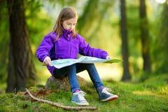 Petite fille mignonne ayant l'amusement pendant la hausse de forêt le beau jour d'automne dans les Alpes italiens Photographie stock