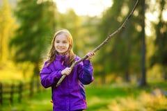 Petite fille mignonne ayant l'amusement pendant la hausse de forêt le beau jour d'automne dans les Alpes italiens Images stock