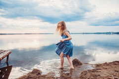 Petite fille mignonne ayant l'amusement sur le lac photographie stock