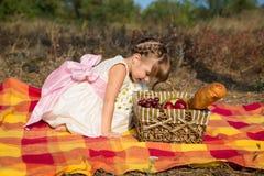 Petite fille mignonne ayant le pique-nique en été Image libre de droits