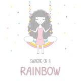 Petite fille mignonne balançant sur un arc-en-ciel illustration libre de droits
