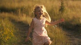 Petite fille mignonne courant au champ clips vidéos