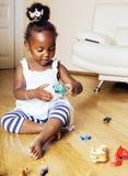Petite fille mignonne d'afro-américain jouant avec les jouets animaux à ho image libre de droits