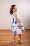 Petite fille mignonne dans des chaussures de sa mère Images stock