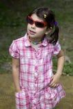 Petite fille mignonne dans des lunettes de soleil Images stock