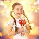 Petite fille mignonne dans l'amour avec le coeur de lucette de sucrerie Jour du `s de Valentine Images libres de droits