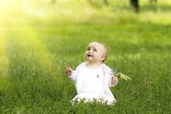 Petite fille mignonne dans l'herbe images stock