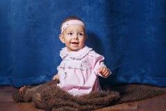 Petite fille mignonne dans la robe rose images libres de droits