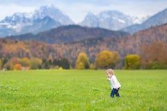 Petite fille mignonne dans le beau domaine dans les montagnes d'Alpes Photos libres de droits