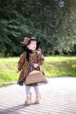 Petite fille mignonne dans le chapeau et le manteau avec le sac à main dans la PA d'autmn Photo stock