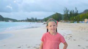 Petite fille mignonne dans le chapeau ? la plage pendant des vacances des Cara?bes banque de vidéos