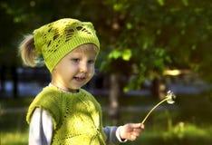 Petite fille mignonne dans le terrain de jeu Photos libres de droits