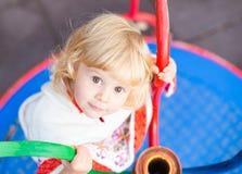 Petite fille mignonne dans le terrain de jeu photo stock