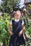 Petite fille mignonne dans un jardin dans la campagne photo stock