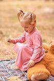 Petite fille mignonne dans une robe rose à l'air frais images libres de droits