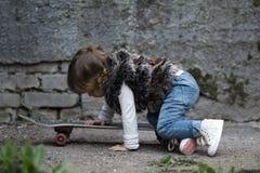 Petite fille mignonne de hippie avec la planche à roulettes Image libre de droits