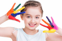 Petite fille mignonne de sourire avec les mains peintes. Image stock