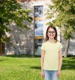 Petite fille mignonne de sourire dans des lunettes noires Image libre de droits