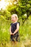 Petite fille mignonne dehors dedans en nature ensoleillée verte d'été Photo libre de droits