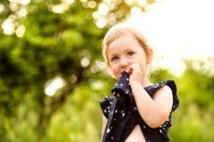 Petite fille mignonne dehors dedans en nature ensoleillée verte d'été Photos stock