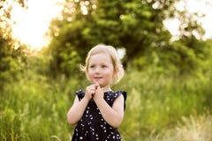 Petite fille mignonne dehors dedans en nature ensoleillée verte d'été Photographie stock