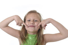 Petite fille mignonne dirigeant sa bouche aux parties du corps apprenant le serie de diagramme d'école Photographie stock