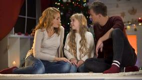 Petite fille mignonne disant à parents le souhait de Noël, l'atmosphère de fête, unité photo stock