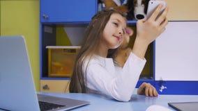 Petite fille mignonne employant Smartphone moderne Photos libres de droits