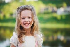 Petite fille mignonne en parc d'été photos libres de droits