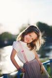 Petite fille mignonne en parc d'été photos stock