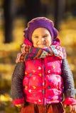 Petite fille mignonne en parc d'automne Photo stock