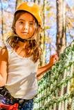 Petite fille mignonne en parc d'aventure photo stock