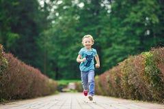 Petite fille mignonne en parc dans le jour d'été Photographie stock libre de droits